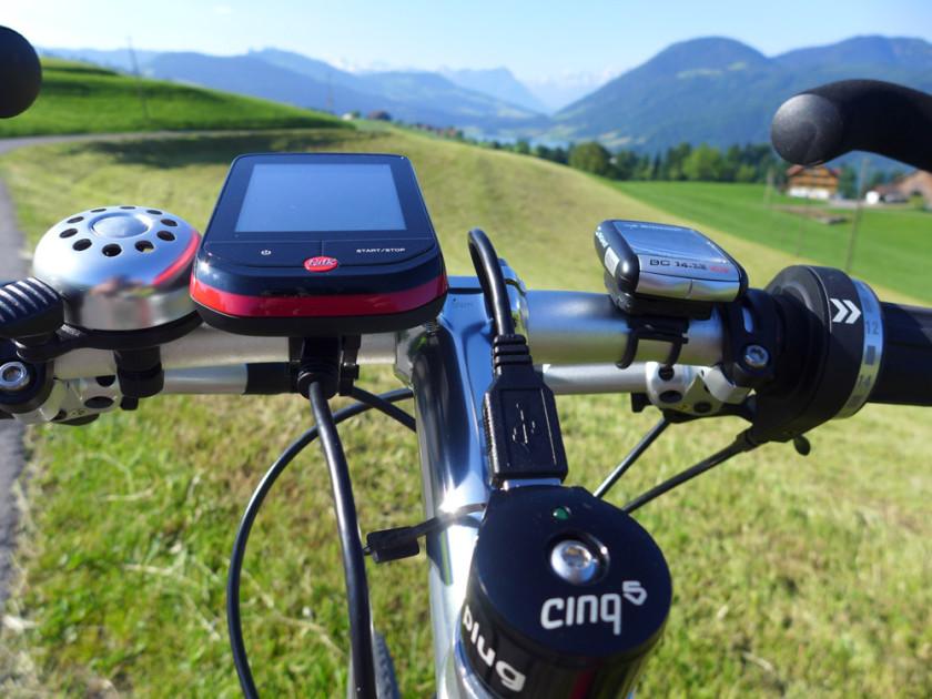 Das GPS-Gerät Falk Pantera XC, hier verbunden mit dem Plug von Tout Terrain zur Stromversorgung.