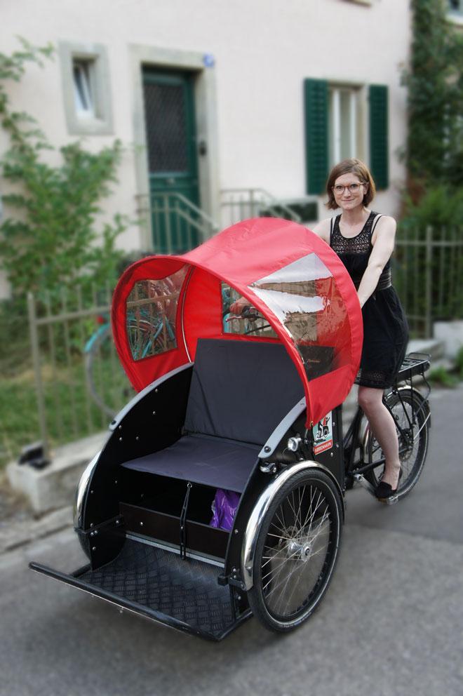 Sie bringt «Radeln ohne Alter» in die Schweiz: Anina Flury auf einer Rikscha, wie sie für das Projekt eingesetzt wird. (Bild: zvg)