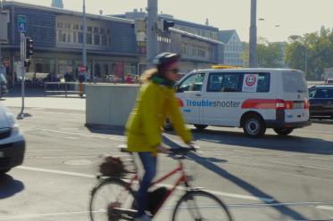 Am 2. Oktober beim Zürcher Bahnhofplatz entdeckt: Das Trouble-Shooter-Fahrzeug der Stadt, das Velofahrer bei Konflikten mit dem motorisierten Verkehr hinzurufen können. (Bilder: velofahrer.ch)