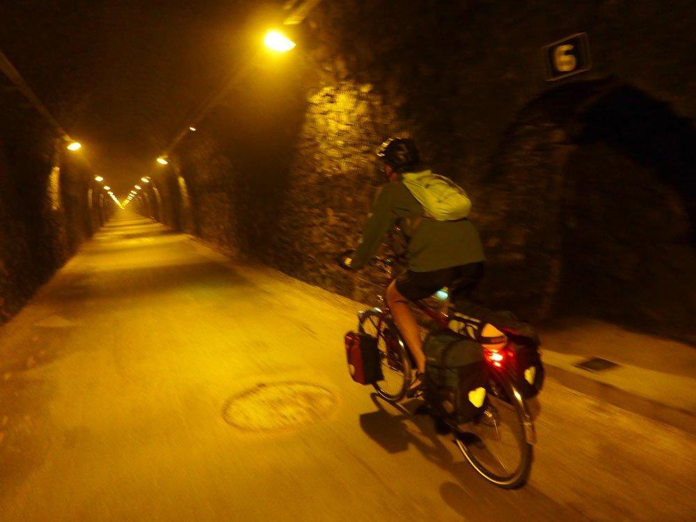 Wider den verkehrspolitischen Tunnelblick: Der Velofahrer unterwegs durch eine stillgelegten Bahntunnel zwischen Cluny und Mâcon im Sommer 2015. Ι © 2015 Dominik Thali