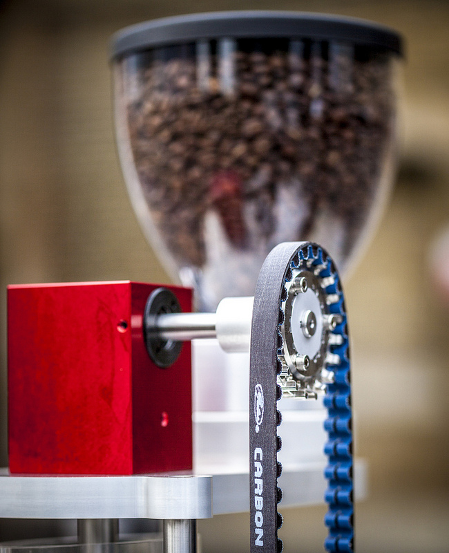 Das Kaffee-Mahlwerk wird über einen Zahnriemen mit Pedalkraft betrieben.