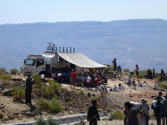 Neugierige Zuschauer rund ums Camp: Bild aus dem Blog des aktuellen Tourteilnehmers Steffan Vogt (www.tda2013.wordpress.com/