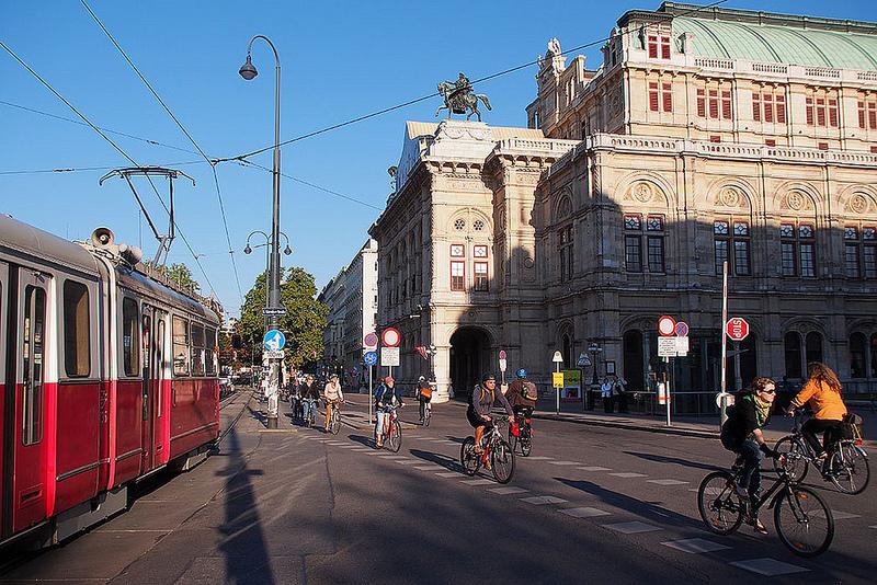 Velostadt Wien: So friedlich dürfte das Nebeneinander nicht immer sein... (Bild: www.velo-city2013.com)
