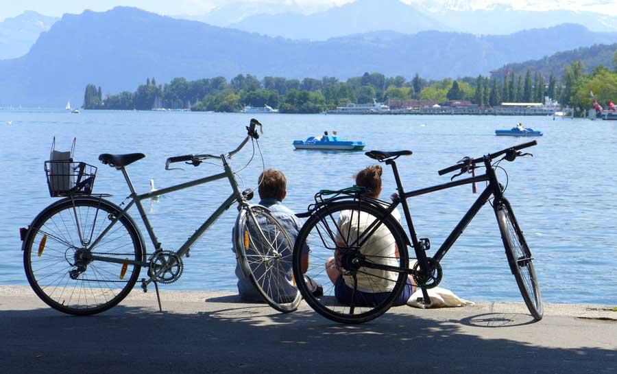 Sommer, Wärme, ein bisschen Zeit, das Velo hinstellen und geniessen: Gesehen vorhin am Schweizerhofquai in Luzern.