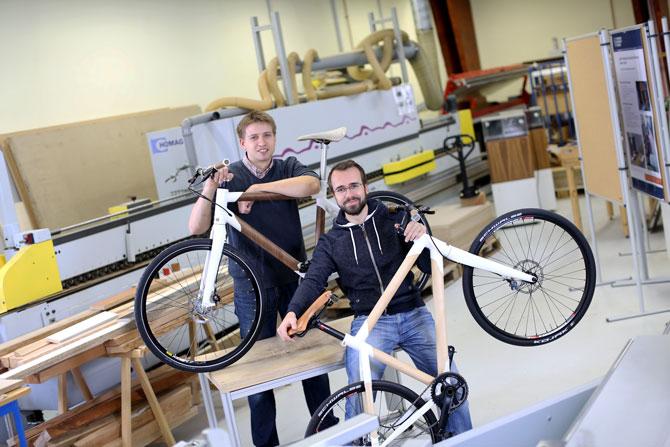 Die beiden Nemus-Gründer Robert Taranczewski (rechts) und Curt Beck mit ihrem Velo aus Holzfurnier, für das sie mit dem Red-dot-Award ausgezeichnet wurden.