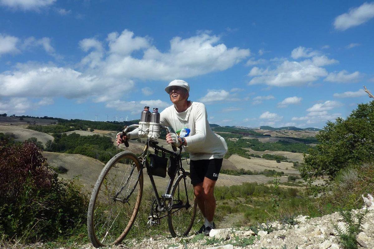 Weil er sich an die Originalroute von 1914 halten wollte, verfuhr sich Tim Moore gelegentlich und musste sein Rad schieben. (Bild: Covadonga-Verlag)