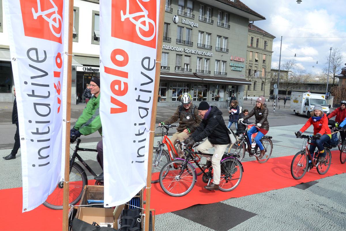 Mit viel Geklingel fuhren Politiker und Vertreterinnen verschiedener Organisationen bei der Lancierung der Velo-Initiative am 5. März mit ihren Velos auf dem roten Teppich vor.