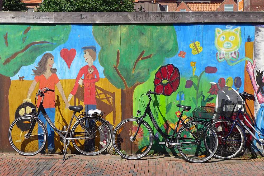 Das Velo schafft Begegnungen. Wandmalerei in Emden. | © 2013 Dominik Thali
