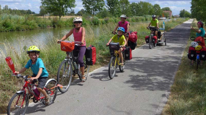 Eine Familie unterwegs am Canal du Centre zwischen Chagny und Chalon-sur-Saône: traumhafte Bedingungen, um das Velofahren von seiner schönsten Seite zu erleben.